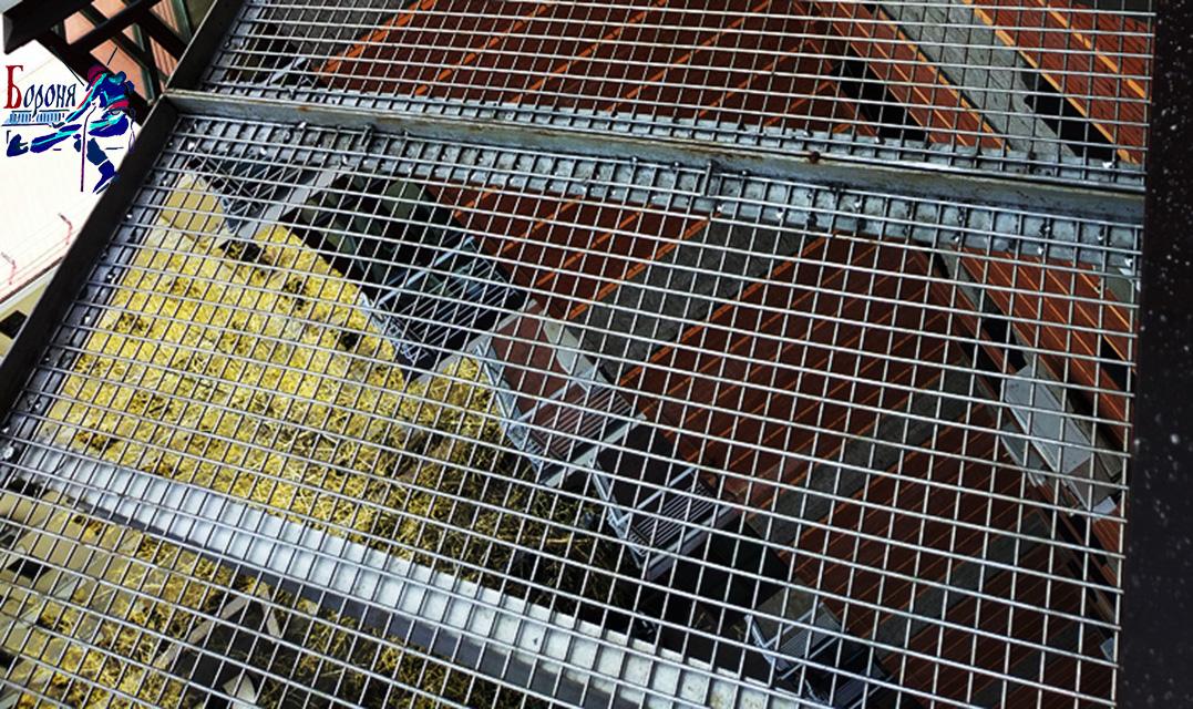 Защитно-улавливающие решетка-экран ЗУЭР из нержавеющей стали под крышей балкона