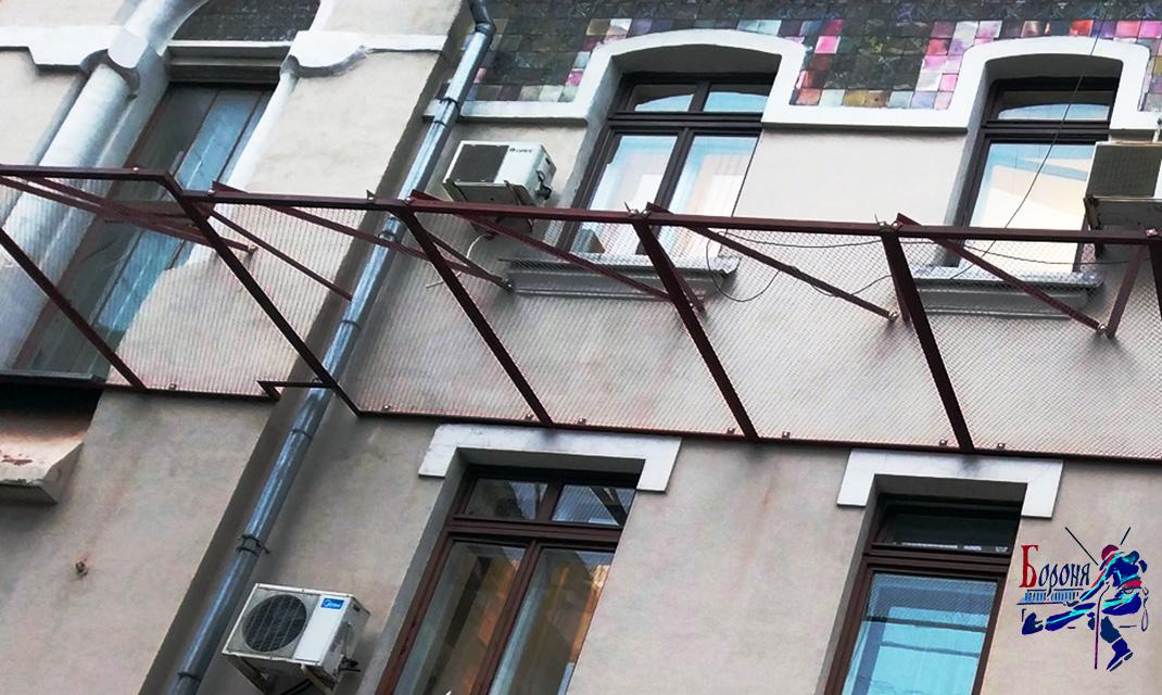 Защитно-улавливающая решетка из оцинкованной сетки-рабицы для улавливания снежных карнизов и сосулек