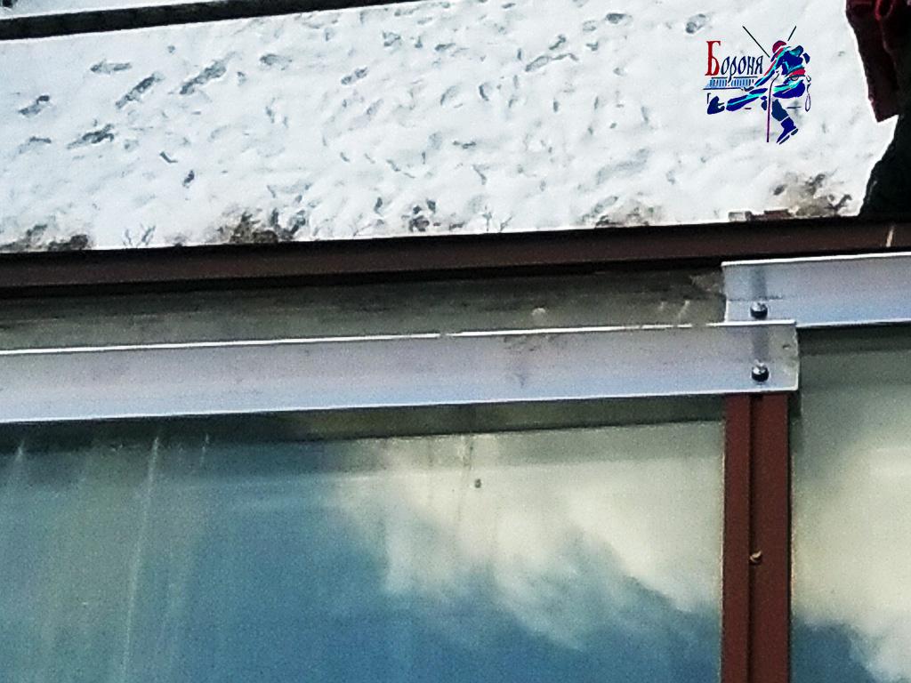 Уголковые снегозадержатели на застекленной крыше балкона