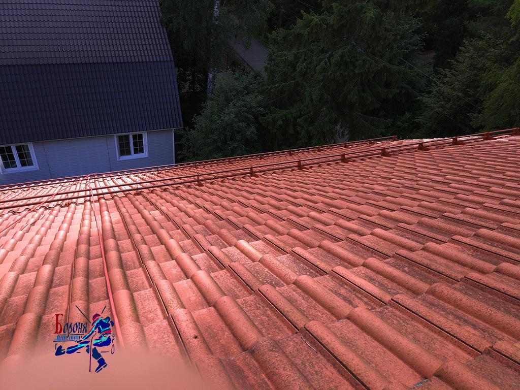 Трубчатые снегозадержатели установленные в 2 ряда на крыше значительного размера