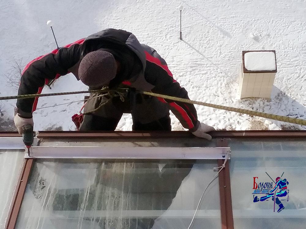 Уголковые снегозадержатели для небольшой застекленной крыши балкона