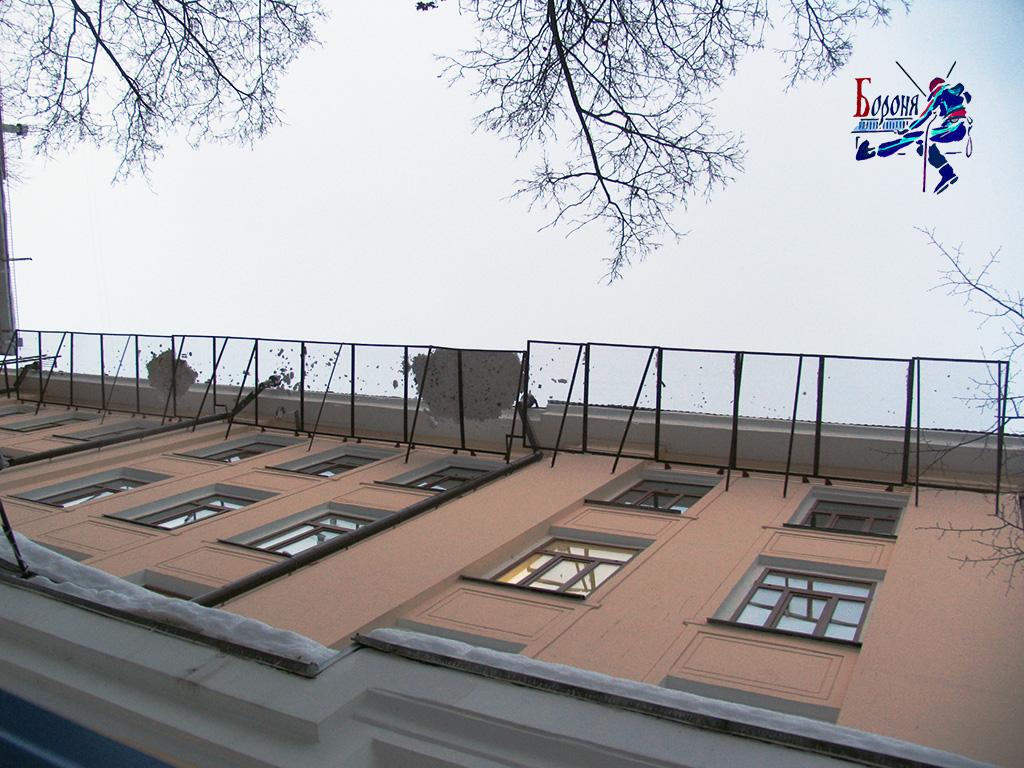 ЗУР - защитно-улавливающие решетки. Установленные ЗУР под карнизом от падения снега и сосулек