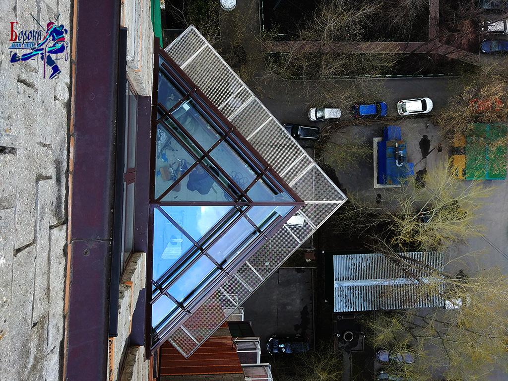 Наиболее надежная защита от схода снега и наледи. Снегозадержатели на крыше и защитно-улавливающие решетки под кровлей.