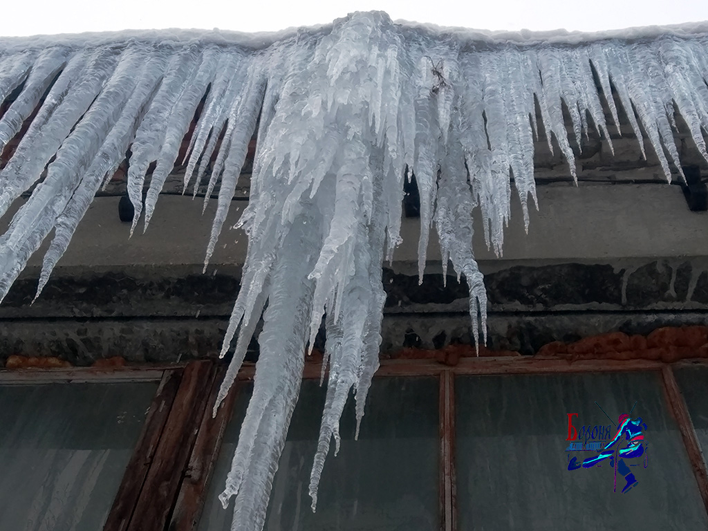 Образование сосулек за снегозадержателями на не утепленной крыше