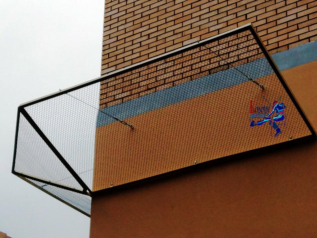Защитно-улавливающие решетки из стальной сетки-рабицы для улавливания обломков кирпичей высотного здания