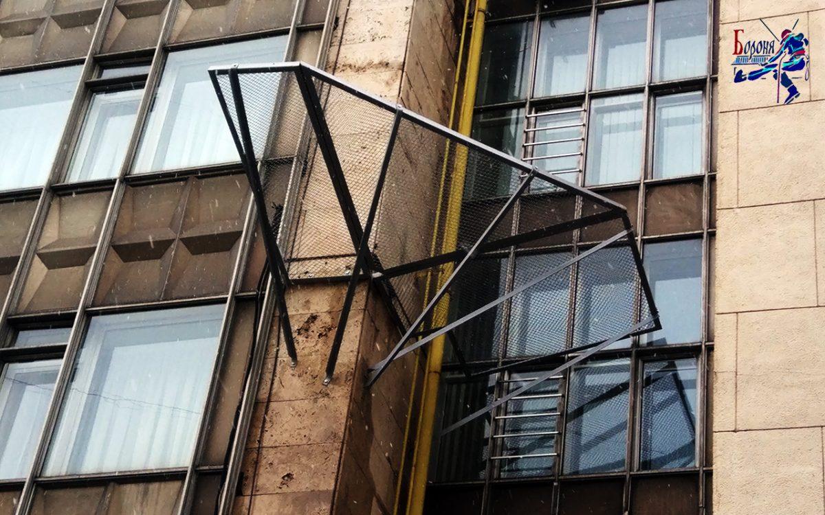 Защитно-улавливающие решетки-экраны на высотном здании гостиницы для улавливания отслоившихся плит из доломита
