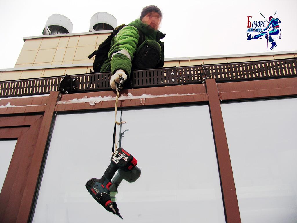 Установка решетчатых снегозадержателей на застекленную лоджию. Защита от наледи и сосулек