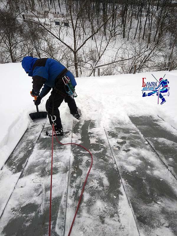 Очистка от снега кровли от конька до края