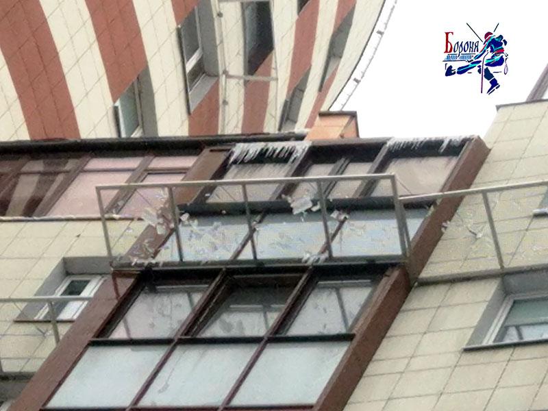Защитно-улавливающие экраны под застекленной крышей балкона