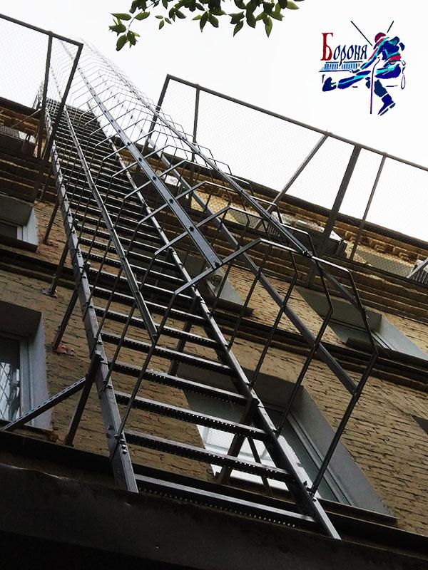 Установка сборной пожарной лестницы с площадкой